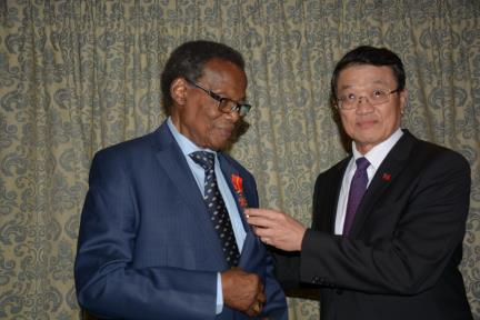 Representative Matthew W. Chou confers the Friendship Medal of Diplomacy to H.E. Prince Mangosuthu Buthelezi, the President of the Inkatha Freedom Party