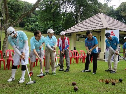 Representative Liang (second right) is joined by Dr. Chong Tien Siong (third right), President of the Woodball Association of Singapore,and other guests at the tee-off of the Championship