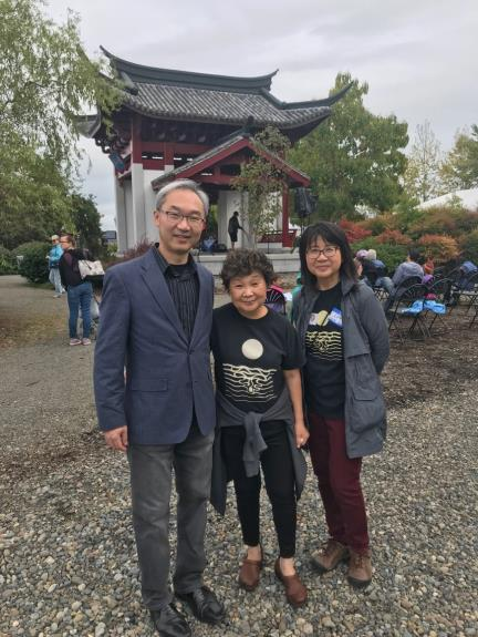 Director-General Vincent Yao (left) of TECO Seattle poses with two of the Tacoma Moon Festival organizers.