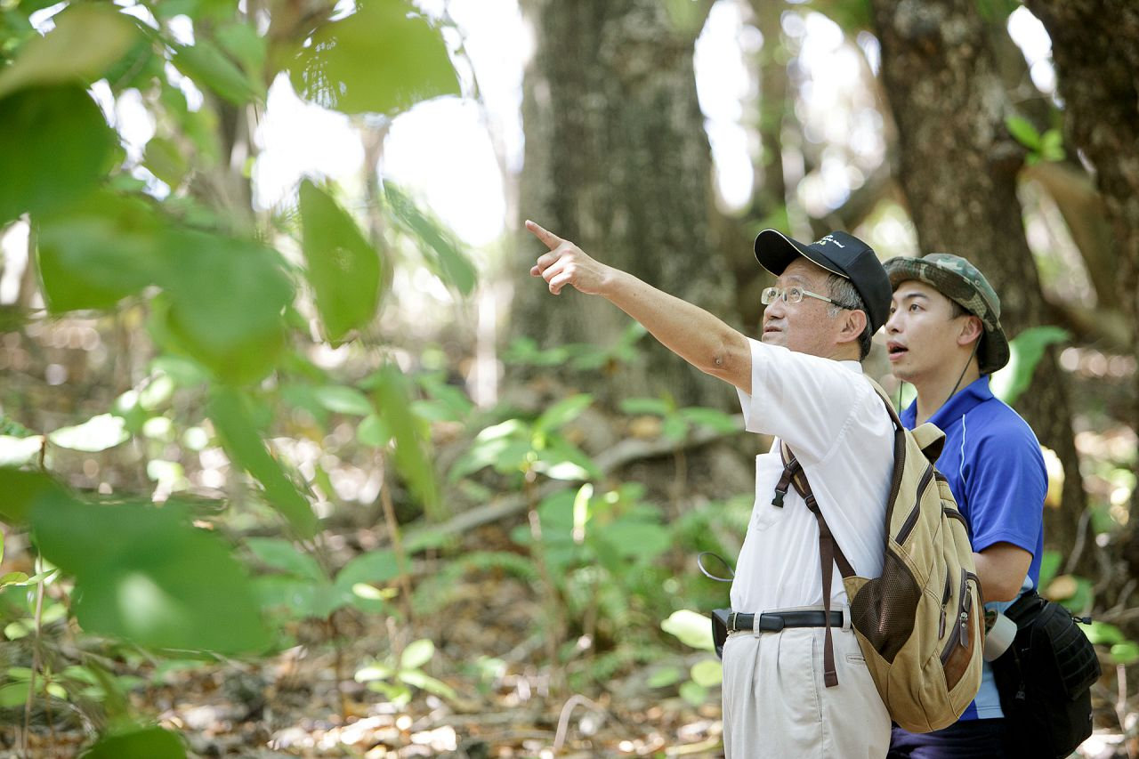 6-2 Dr. Chia-wei Li, Editor in Chief of Scientific American Taiwanese edition, points out the rich biodiversity of the dense forest, including abundant ferns.jpg