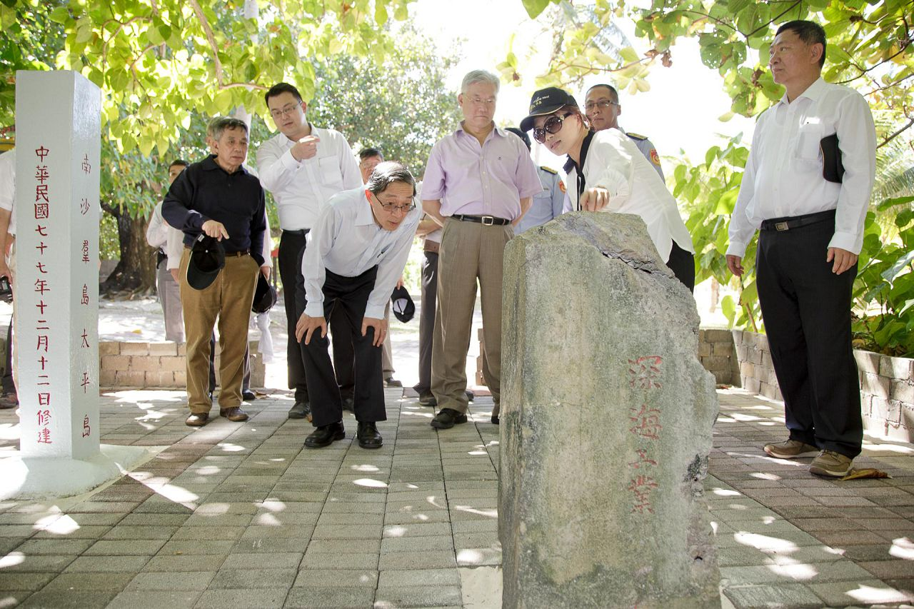 5-2 Officials from the Ministry of the Interior and the Ministry of Foreign Affairs introduce a stone marker dating back to Japanese occupation during WWII_LR1920_100.jpg