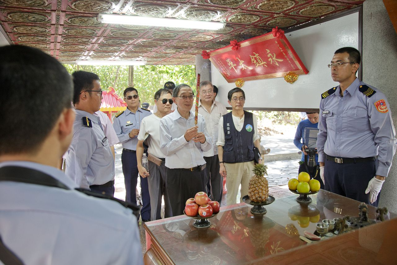 5-7 Minister David Y. L. Lin leads the group on a visit to the Guanyin Temple.jpg