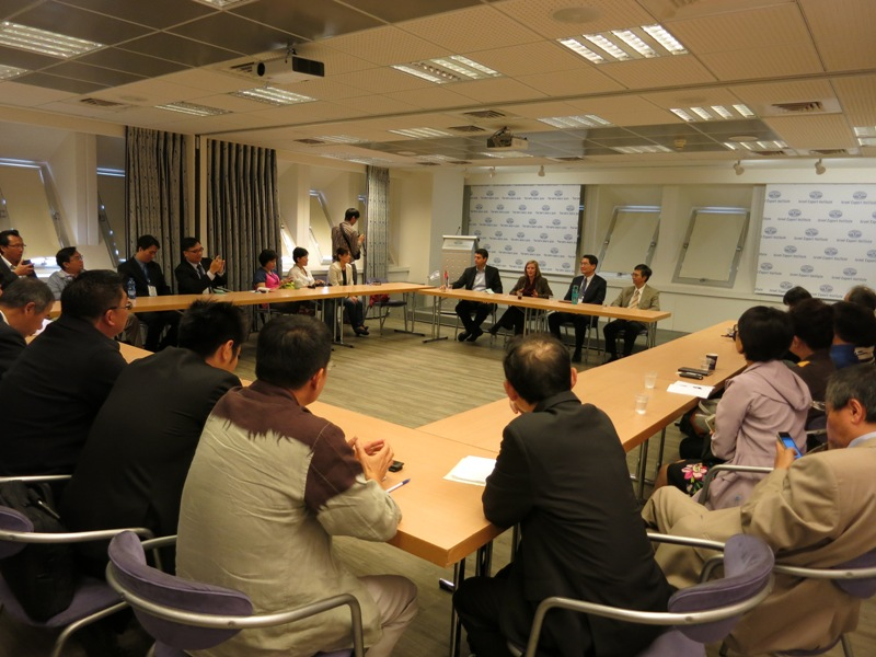 <p>The ROC (Taiwan) business delegation meets with Israeli Ministry of Economy at the symposium</p>