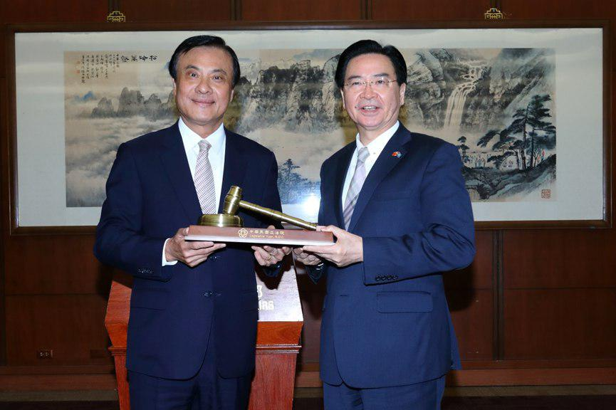 President Su presents a special gavel to Foreign Minister Wu.